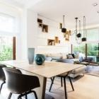 Appartement Visuellement tentant de contrastes de couleurs affichées par l'élégant appartement en Pologne