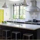 Cuisine Une éclaboussure de couleur fraîche sur une cuisine grise intemporelle
