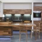 Cuisine Belle cuisine Design en bois avec audace des ajouts de verre par Mateja Cukala