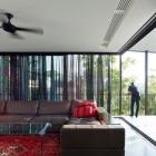Maison Conception créative de Solutions mises en œuvre dans une maison moderne sur une pente