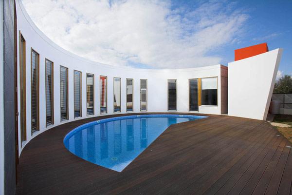 Original moderne villa circulaire chypre r sidence de for Piscine miroir debit