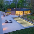 Maison Isolé maison donnant sur vue sur la rivière au-delà d'une cheminée de mur de verre
