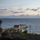 Maison Maison de plage contemporain exposant sa Structure métallique et platelage en bois au Liban
