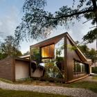 Maison Torsion subtilement géométrie insérée dans la Nature brute : Centre de découverte au Canada