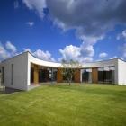 Maison Une retraite familiale moderne avec un niveau supérieur incurvée : maison à Revnice