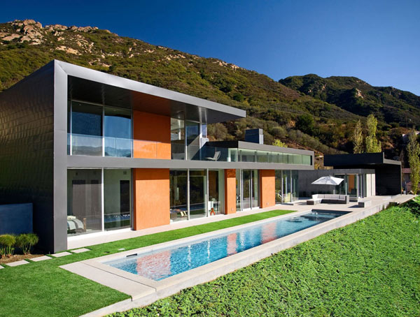 Maison californienne moderne face à un paysage sans interruption ...