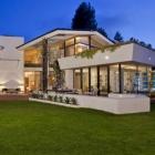 Maison Glamour moderniste en démonstration en imposant Brody House à Los Angeles, Californie