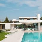 Maison Volumes blancs et caractéristiques de l'eau définissant la maison de la rivière près d'Oxford, Angleterre
