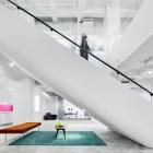 """Maison Surprenant Red Bull bureaux à New York, conçu dans un design moderne, """" sobre """" ton"""