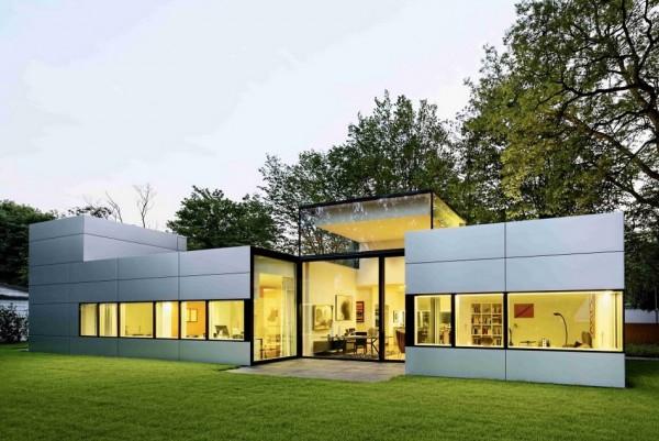 Maison cubique moderne de plain-pied avec une façade en métal à ...