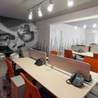 Maison Centre d'apprentissage de compagnie de téléphone présentant des couleurs vives et graphisme urbain