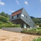 Maison Maison penchée inhabituelle Zinc-Cladded perturbe le paysage de colline