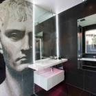 Salle de bain Portrait mosaïque inattendue, qui domine la petite salle de bains moderne en Australie